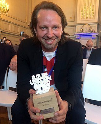 Niels Hartvig fra Umbraco med prisen i hånden